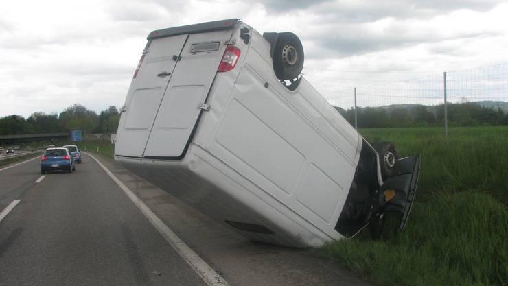 Der Lieferwagen überschlug sich, nachdem der Lenker einem Auto ausweichen wollte.