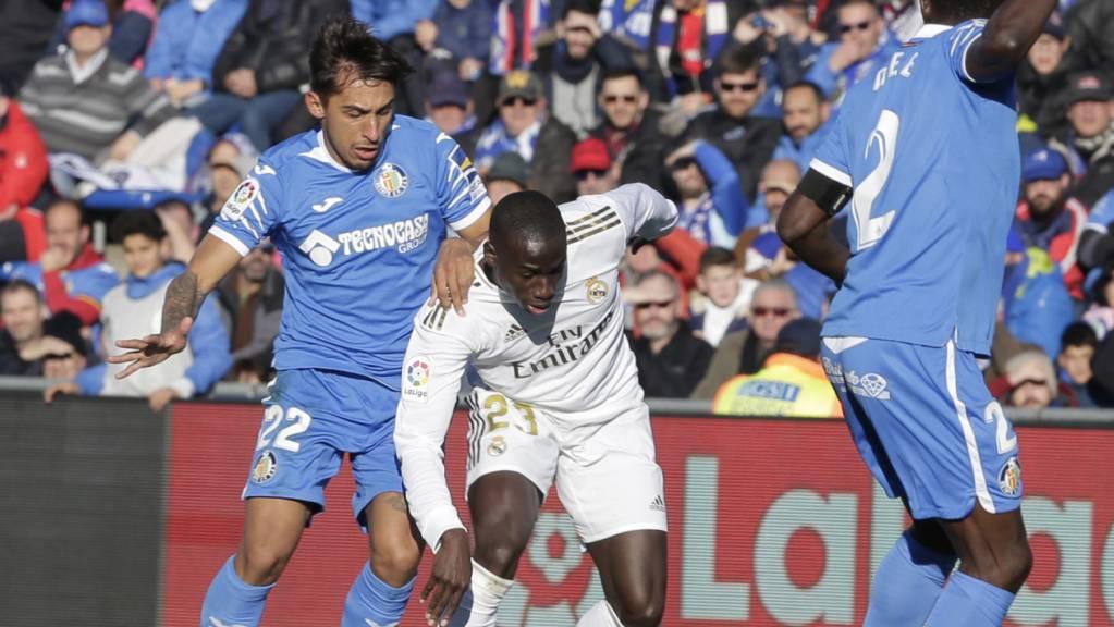 Real Madrids Ferland Mendy im Zweikampf mit zwei Verteidigern von Getafe.
