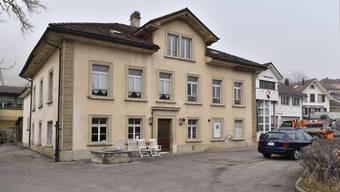 Das Alte Schulhaus aus dem Jahr 1896 wird saniert und umgebaut. Künftig wird hier die Gemeindeverwaltung untergebracht.