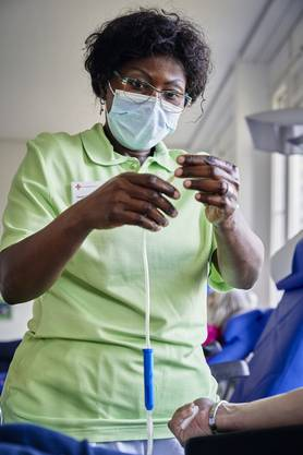 Eine Pflegefachfrau entnimmt einer Spenderin im Entnahmeraum in Aarau Blut