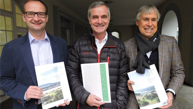 Die Initianten René Utiger (l.), der die Broschüren entworfen hat, Bruno Hofer (M.), Geschäftsführer von Zurzibiet Regio, sowie Peter Andres vom Wirtschaftsforum Zurzibiet und Bad Zurzach Tourismus, an der gestrigen Präsentation der neuen Broschüren.