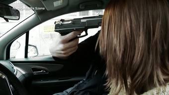 Abgebrühte Taxifahrerin lässt sich von Waffe nicht beeindrucken und fährt mit genauer Täterbeschreibung davon.