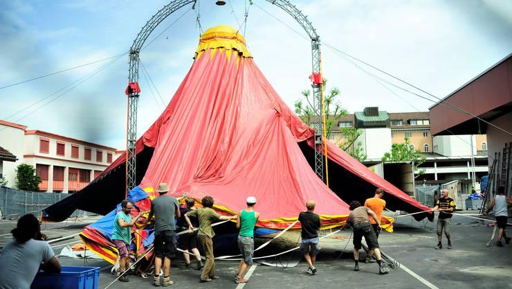 Die Crew des Cirque Aïtal und mehrere Schweizer Helfer gestern beim Aufrichten des Zirkuszelts im Innern des Kasernenareals.