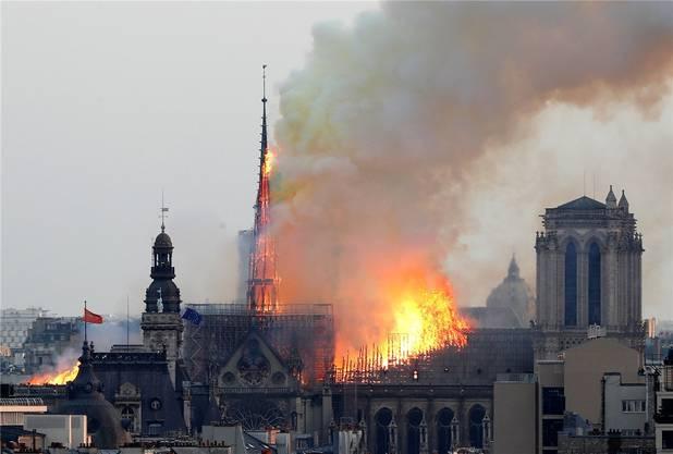 Inferno von Notre-Dame. Dachstuhl und Mittelturm brechen zusammen.