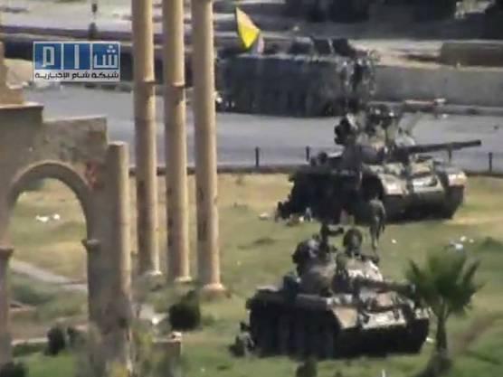 Ein Amateur-Video zeigt laut Angaben des Filmenden syrische Panzer in der Stadt Hama (Archiv)