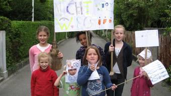 Kinder der Neugutstrasse demonstrieren mit einem «Wir wollen nicht weg»-Plakat gegen die Kündigung des Kantonsspitals.  Zvg