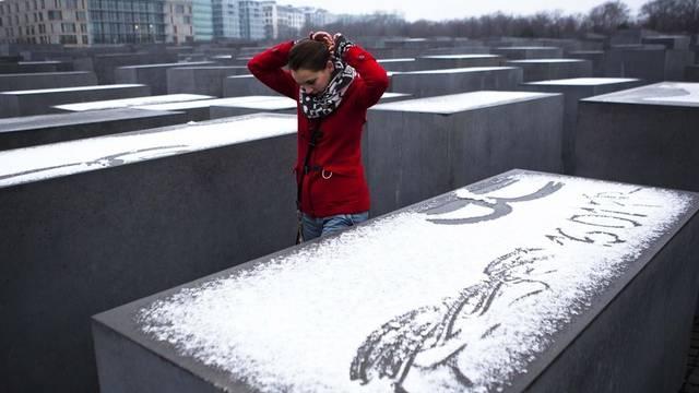 Eine junge Frau schreitet durch die Holocaust-Gedenkstätte in Berlin (Archiv)