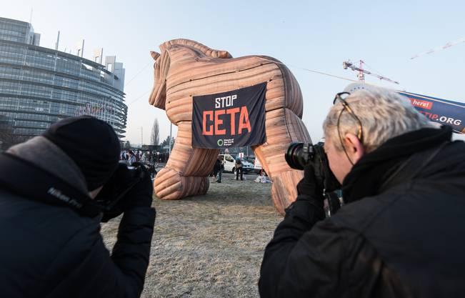 Die Demonstranten fuhren mit einem aufblasbaren Trojanischen Pferd auf.