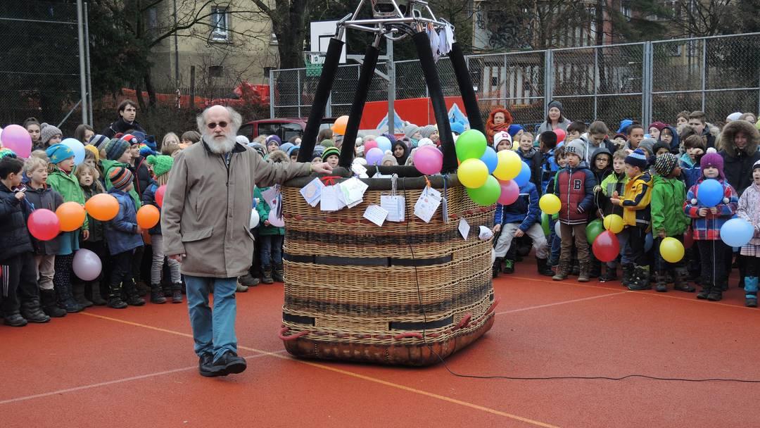 «Das ist mir eingefahren»: Ein sichtlich gerührter Rolf Züllig und viele, viele singende Kinder.