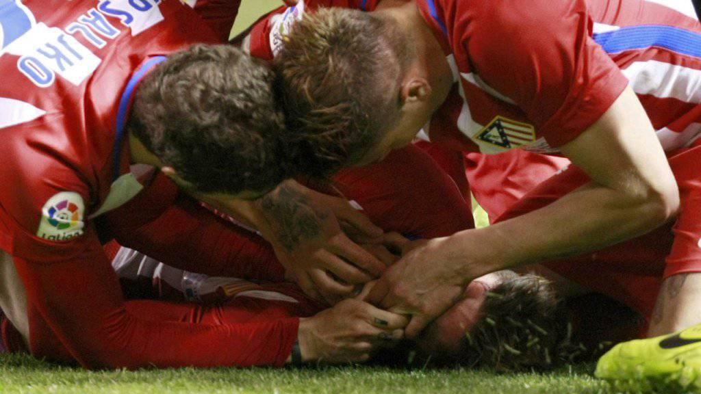 Die Teamkollegen von Fernando Torres kümmern sich um den bewusstlosen Stürmer