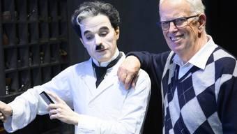 """Charlie Chaplin (l in Wachs) und sein Sohn Eugene Anthony Chaplin im Museum """"Chaplin's World by Grevin"""" beim Manoir de Ban in Corsier ob Vevey. Es ist eines von 1129 Schweizer Museen, die zusammen im letzten Jahr die Rekordzahl von 14,2 Millionen Eintritten verzeichneten. (Archivbild)"""