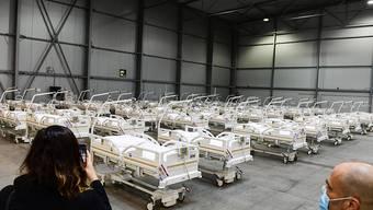 In Prag stehen Betten für ein Behelfskrankenhaus der Armee bereit. Foto: Roman Vondrou?/CTK/dpa