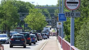 Deutsche Grenzgänger sorgen für viel Verkehr an den Fricktaler Zollämtern (im Bild Stein-Säckingen). Archiv/dka