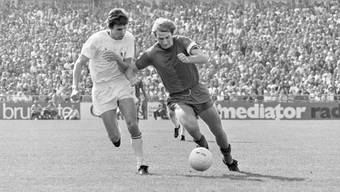 FCZ-Verteidiger Hubert Münch (links) im Laufduell mit FCB-Captain Karl Odermatt – die Zürcher gewannen alle vier Finals gegen die Basler.