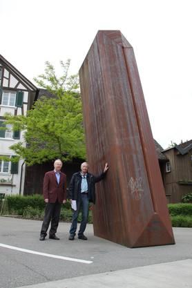 Lange stand der stehende Turm von Alther auf dem Schlieremer Stadthausplatz. Hier beim Abtransport mit Stadtpräsident Toni Brühlmann-Jecklin. Sarah Serafini.
