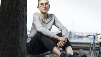"""Die Ostschweizer Autorin Anna Stern ist mit ihrem Roman """"das alles hier, jetzt."""" für den Schweizer Buchpreis 2020 nominiert:  """"Mich berühren Texte, die mich dazu bringen, über Fragen nachzudenken, die mich und mein Umfeld betreffen"""", sagt sie."""