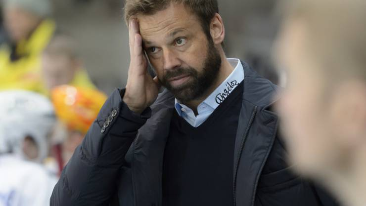 Fribourg-Trainer Gerd Zenhäusern schaut sich das Debakel sorgenvoll an