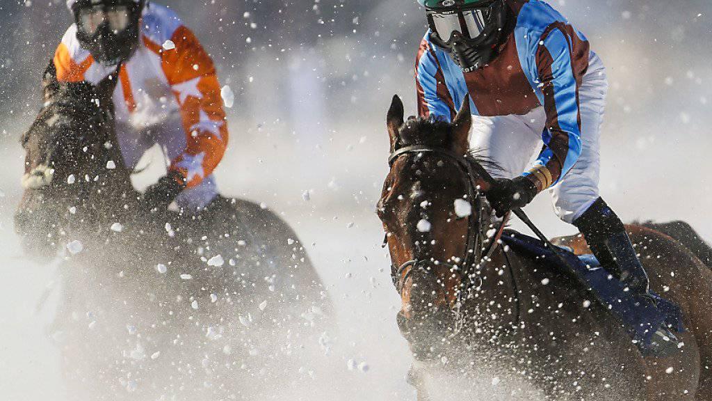 Der englische Jockey Kieren Fox (links) auf Berrahri gewann den mit 111'111 Franken dotierten Longines 80. Grossen Preis von St. Moritz, hier beim 1. Zieldurchgang noch hinter Eddy Hardouin (mitte).