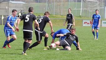 Ein unerbittlicher Kampf um den Ball im Mittelfeld mit Bellachs Yanick Gloor (am Boden) und Alban Xhema (Nummer 15).