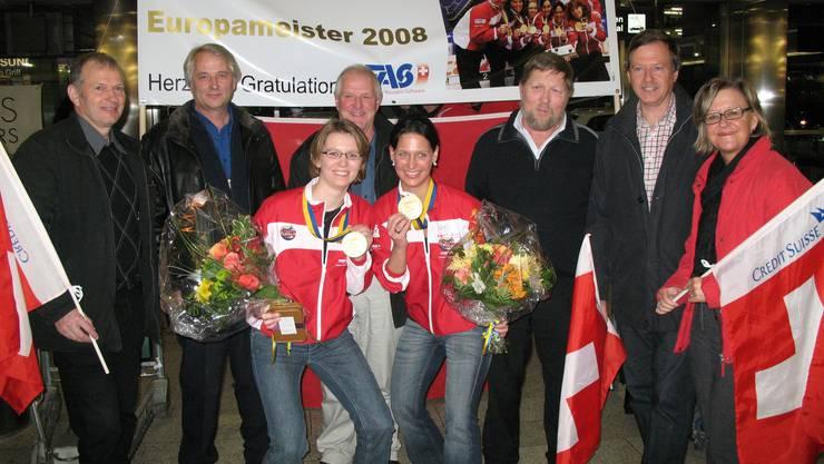 Mitglieder des Weininger Gemeinderats empfangen Janine Greiner (links) und Carmen Schäfer am Flughafen nach ihrem EM-Sieg 2008.