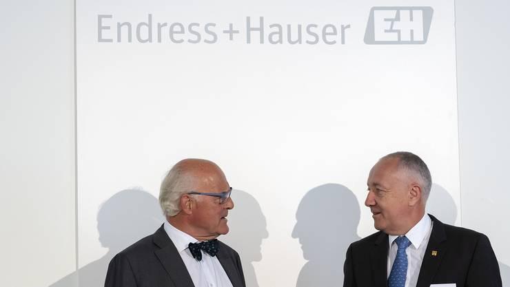 Klaus Endress, der Präsident des Verwaltungsrates, links, und Chief Financial Officer Luc Schultheiss, rechts, besprechen sich an der Bilanzmedienkonferenz der Endress+Hauser Gruppe in Basel.
