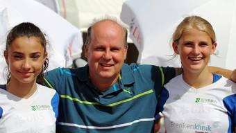 Die zweiplatzierte Elisa Mayer (l.) sowie die sechstplatzierte Nadja Weiser (r.) zusammen mit ihrem Trainer Patrick Schmutz (M.).