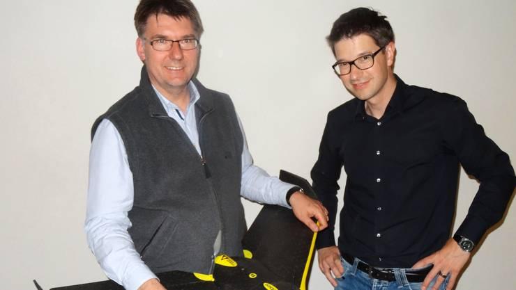 Christoph Koch (links) erläutert Vereinspräsident Roger Erdin die Funktionsweise einer Drohne.