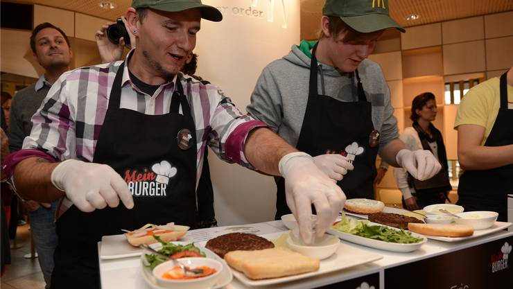 Christian Brunner (l.) bei der Herstellung «seines» Burgers «Roadbrunner».