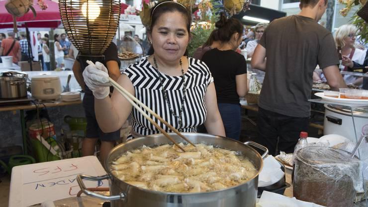Auf dem Theaterplatz kommen die Festbesucher an dieser Strassen-Küche in den Genuss von Köstlichkeiten aus Vietnam.
