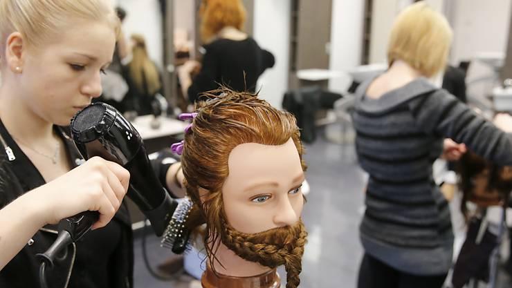 Nicht nur die Haarmoden, auch der Beruf der Coiffeuse selbst sind im steten Wandel (Symbolbild).