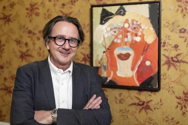 """Stadtrat Erich Obrist mit dem Werk """"Doll, 2007"""", an der Vernissage zur Einzelausstellung von Margot Bergman, im Museum Langmatt Baden am 2. März 2019."""