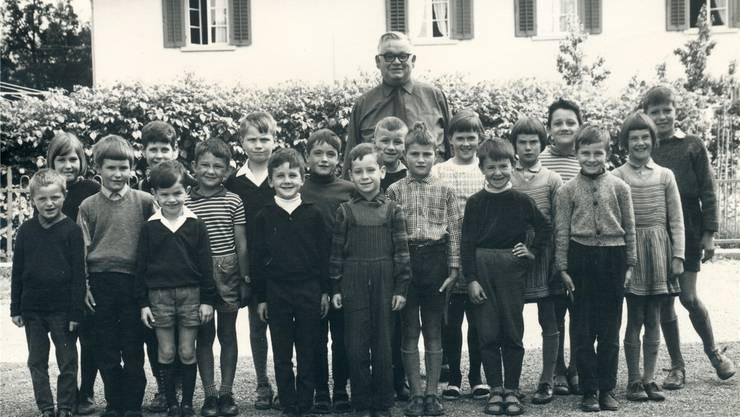 Aufrecht: Erich Obrist (8. v.l.) als Erstklässler mit der Gesamtschulklasse Dättwil und Lehrer Hans Dietiker im Jahr 1967.zvg