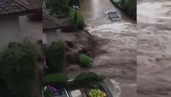 Starker Regen führt in der Region um den Thunersee zu Überschwemmungen. Videos aus Gunten (BE) zeigen überflutete Strassen.