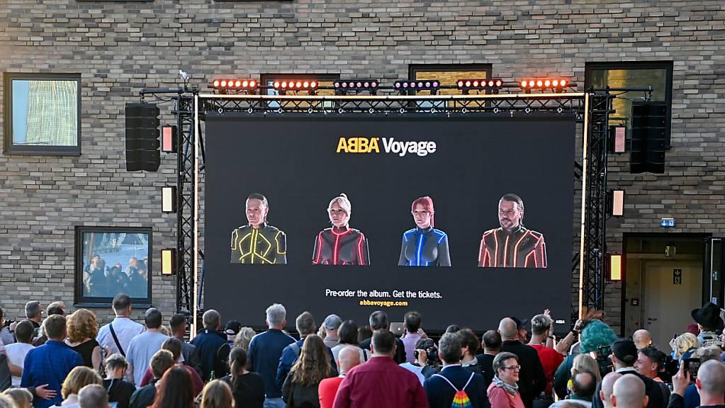 Beim Abba-Event «Abba Voyage» im Hotel «nhow Berlin» wird vor Fans ein neues Album und eine Hologramm-Show der Band Abba angekündigt. Obwohl die Konzertarena noch im Bau ist, hat am Dienstag bereits der Ticketverkauf für die neue Abba-Show Voyage in London begonnen.
