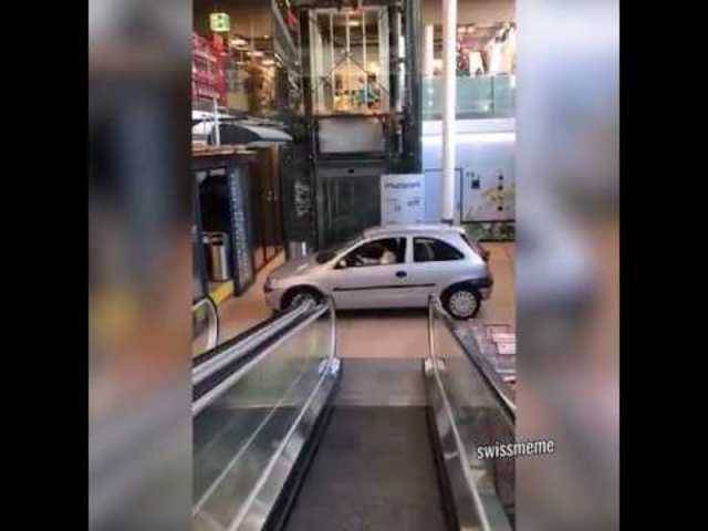 Auto im Einkaufszentrum Muri