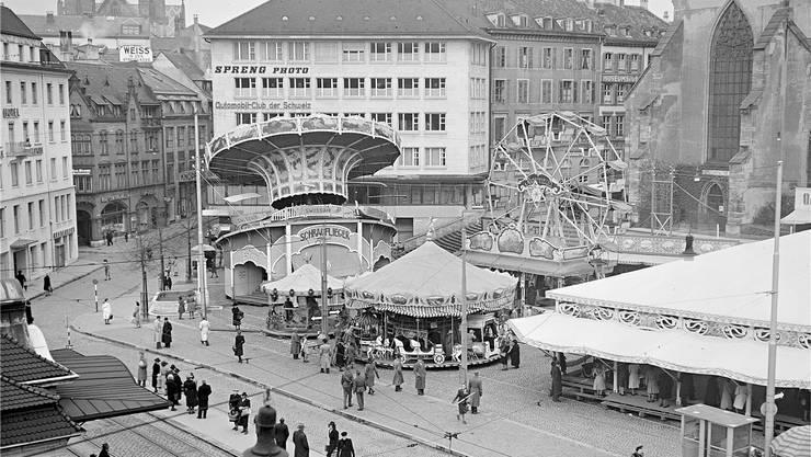 Die Fasnacht fiel während des Zweiten Weltkriegs aus; die Herbstmesse fand statt: Der Barfüsserplatz im Jahre 1944.