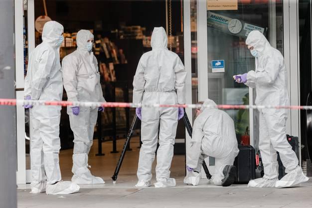 Der Angreifer hat mit dem Messer eine Person tödlich verletzt.