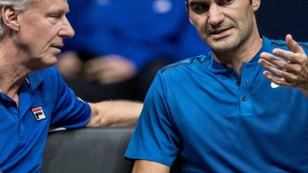 Roger Federer diskutiert mit Captain Björn Borg