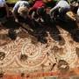 HANDOUT - Archäologen legen ein Mosaik frei, das bei Ausgrabungsarbeiten des National Trust an einer römischen Villa in Chedworth entdeckt wurde. Foto: National Trust/PA Media/dpa - ACHTUNG: Nur zur redaktionellen Verwendung im Zusammenhang mit der aktuellen Berichterstattung und nur mit vollständiger Nennung des vorstehenden Credits