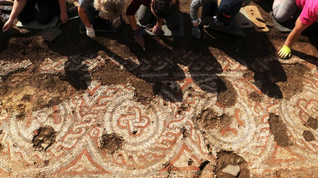 Mosaik aus dem 5. Jahrhundert in römischer Villa in England entdeckt