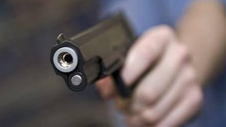Der Überfall erfolgte mit einer Schusswaffe. (Symbolbild)