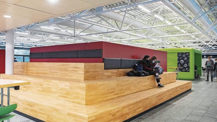 Die Mensa der Kantonsschule Solothurn verfügt jetzt über eine Lounge mit Sitztreppe.