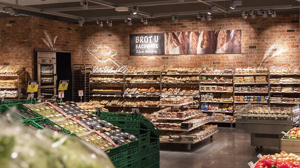 Coop präsentiert das Brot neu vor einer Backsteinmauer in den neuen Läden.