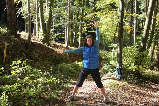 Christine Heiss zeigt eine Yoga-Übung.