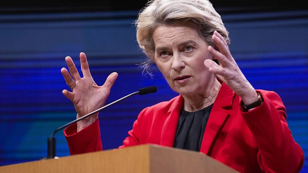 Ursula von der Leyen (CDU), Präsidentin der Europäischen Kommission,  spricht während einer Pressekonferenz nach einem virtuellen G7-Treffen zum Afghanistan Konflikt im Gebäude des Europäischen Rates. Foto: Francisco Seco/AP/dpa
