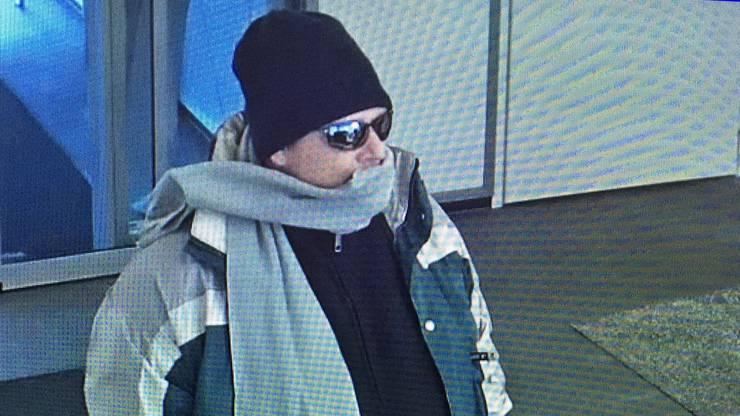 Ein Unbekannter hat einen Raubüberfall auf eine Bankfiliale verübt. Verletzt wurde dabei niemand. Der Mann flüchtete mit der Beute in unbekannte Richtung. Die Kantonspolizei Bern sucht Zeugen.