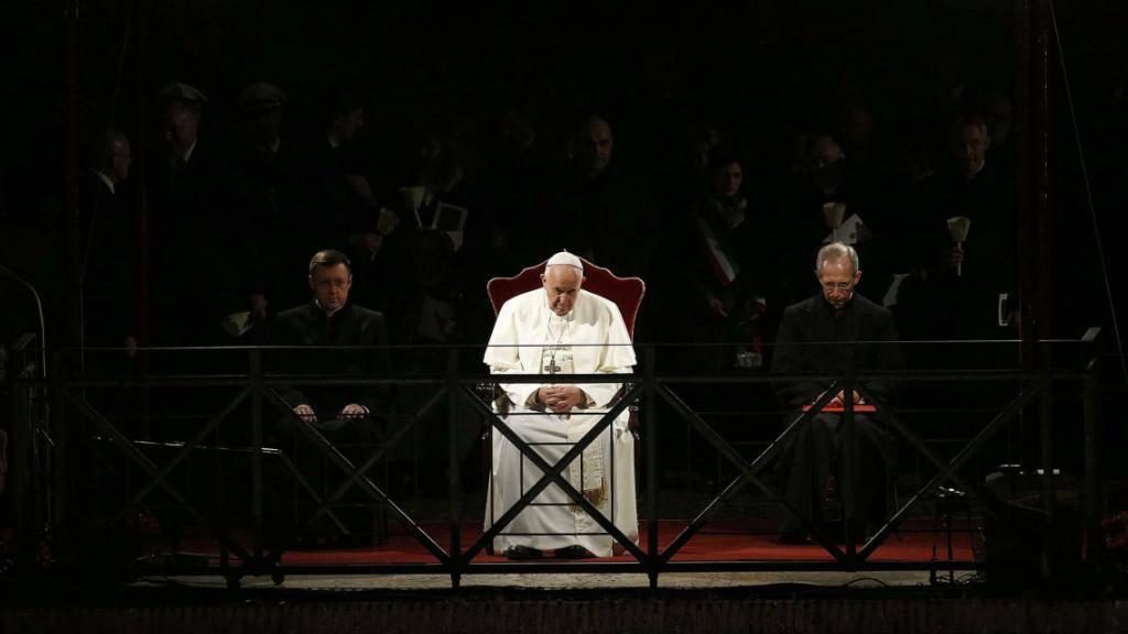 Der Papst hat betend an der Feier teilgenommen. Franziskus folgte der Zeremonie vor dem Kolosseum von einem Pavillon auf dem Palatin-Hügel aus.