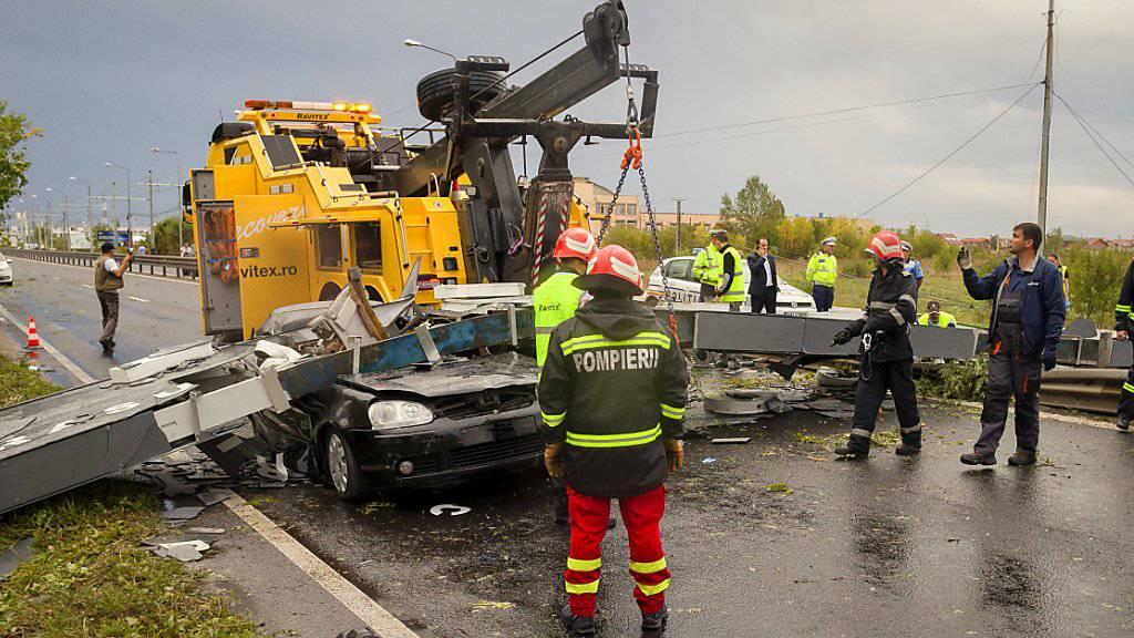 Bei einem schweren Sturm im Westen Rumäniens sind am Sonntag acht Menschen ums Leben gekommen.
