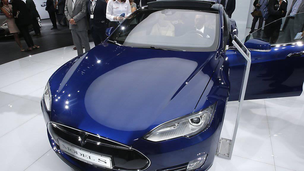Das Elektroauto-Unternehmen Tesla will in Zukunft nicht nur Autos, sondern auch Lastwagen und Busse bauen. Darüber hinaus will das Unternehmen auch Solardächer anbieten.