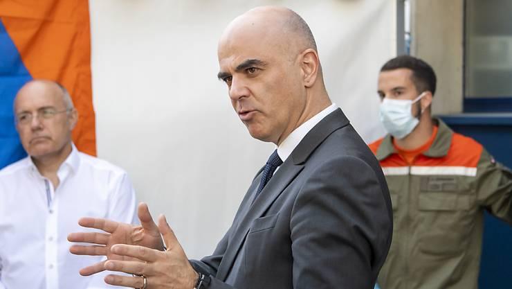 Wie bereits seine Amtskollegin Viola Amherd ist Bundesrat Alain Berset (Mitte) negativ auf Covid-19 getestet worden. (Archivbild)